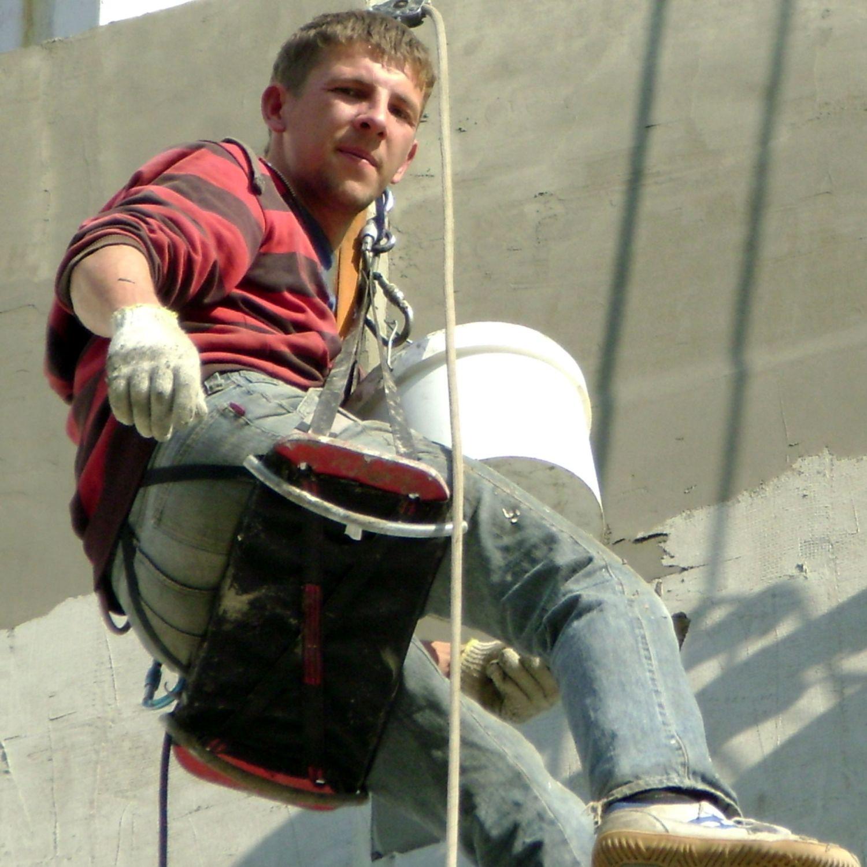 Альпинист во время герметизации на Марата, 35