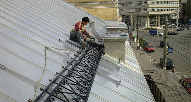 Монтаж ограждений крыши на улице Советской