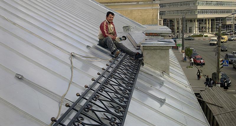 Монтаж ограждений скатной крыши выполнялся альпинистами